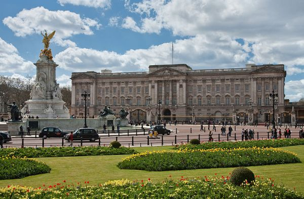 800px-Buckingham_Palace,_London_-_April_2009.jpg